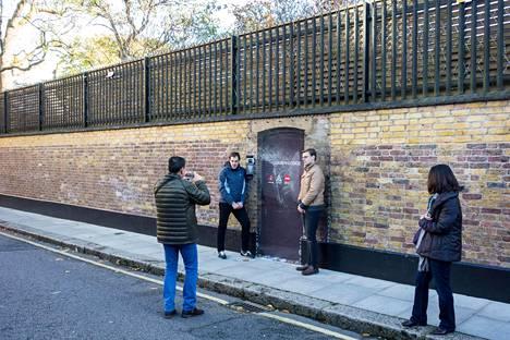 Freddie Mercuryn - ja myös Mary Austinin - Garden Lodgen koti on monien Queen-fanien pyhiinvaelluspaikka.