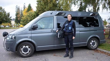 Vanhempi konstaapeli Anu Vihavainen ja muut rikospaikkatutkijat lipuvat rikospaikalle harmaalla pakettiautolla.
