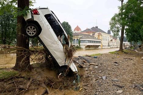 Tulvavesi kuljetti autoja kauas pysäköintipaikoiltaan. Kuva Bad Neuenahrista.