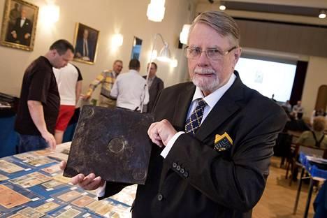 Christian von Schantz pitää käsissään 4 taalerin plooturahaa, joka myytiin huutokaupassa 1220 eurolla.