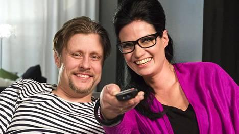 Jani ja Linda jatkavat tv-ohjelmien ruotimista Sohvaperunat-sarjan kolmannella kaudella.