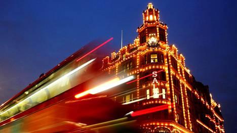 Legendaarinen Harrods-tavaratalo sijaitsee Lontoossa.