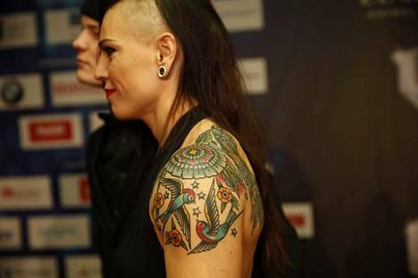 Eva Wahlström peitti vanhan tatuointinsa suurella kuvalla, jossa on mm. lintuja, tähtiä, kukkia ja perhosia.