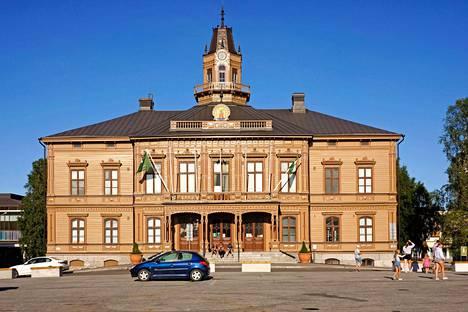 Raatihuoneet ovat kaikkien kolmen kaupungin ylpeys: Pietarsaaren 1875 valmistunut empire- ja uusrenessanssityylinen kaupungintalo on aivan kokoontumispaikkana suositun torin laidalla.