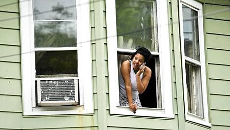 Naapuruston nainen seurasi tilanteen kehittymista talonsa ikkunasta.