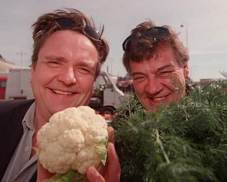 Sakari Kuosmanen ja Aake Kalliala kokkailivat kesäkeittiössä vuonna 1999.