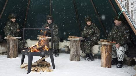 Kreivitär Sophie ja prinssi Edward tutustuivat Sodankylässä sotilaisiin.