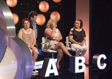 Katja (kuvassa oikeanpuolimmaisena) kertoi avoimesti vaihtoehdoistaan Napakympin jälkeen saaden yleisön nauramaan iloisesti.