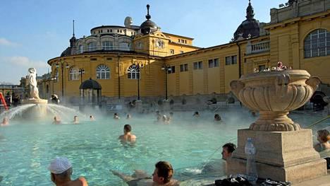 Budapestissa sijaitsevan Széchenyin kylpylän ulkoallas on erikoinen elämys.
