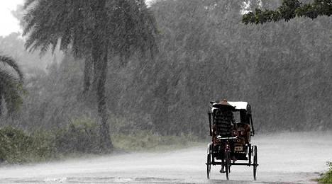 Intian ilmatieteen laitos antoi korkeimman tason varoituksen, kun myrsky iskeytyi Bengalinlahdelta itärannikolle.