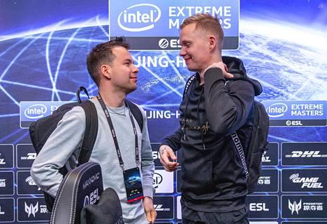 """Aleksi """"allu"""" Jalli (vasemmalla) ja Miikka """"suNny"""" Kemppi ovat ainoat CS-tiimin jäsenet, jotka omistavat palan ENCEstä."""