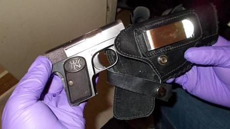 Poliisi takavarikoi esitutkinnan aikana liudan aseita.
