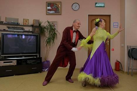 Minkä nuorena oppii. Lev Kitajev, 86, ja Maja Katshina, 82 ovat Venäjän vanhin ammatikseen tanssiva pari. Keikkoja on useita viikossa.