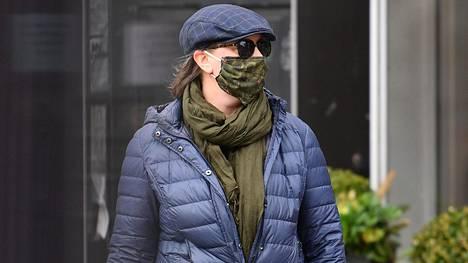 Mies käveli kasvot peitettynä New Yorkissa.