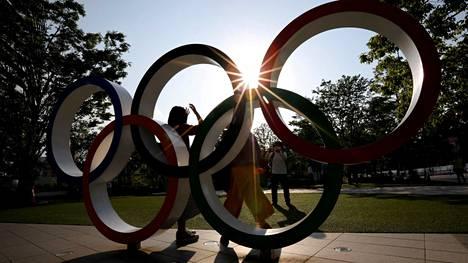 Olympiarenkaat odottavat urheilijoita Tokiossa.