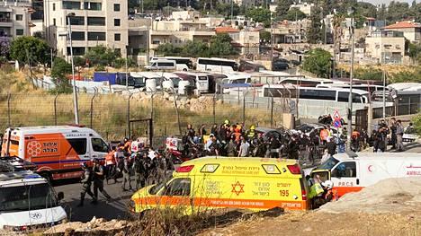 Auto ajoi väkijoukkoon Sheikh Jarrahin kaupunginosassa Itä-Jerusalemissa.