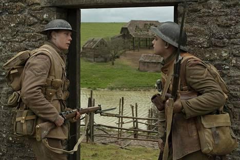 Schofield (George MacKay) ja Blake (Dean-Charles Chapman) etenevät Ranskan maaseudulla.