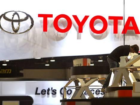 Työntekijä rakentaa Toyotan messuosastoa CES-messuilla.