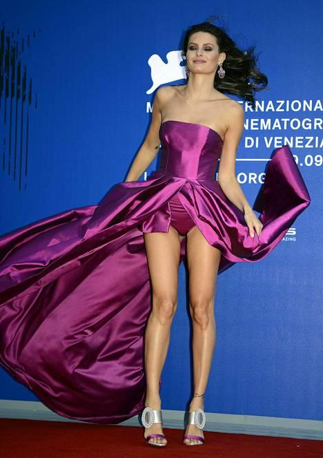 Brasilialainen malli Isabeli Fontana oli aivan pulassa mekkonsa kanssa.