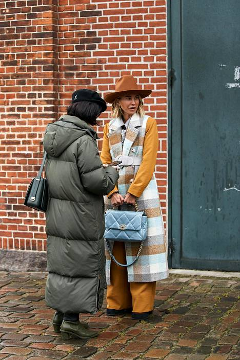 Huippupitkä muhkutakki on yksi talven parhaita hankintoja. Katutyyliä Kööpenhaminan muotiviikoilta.