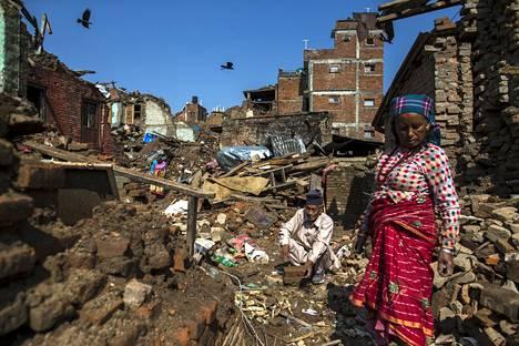 Sankhun kylä Kathmandun lähellä on raunioina kaksi viikkoa sitten sattuneen voimakkaan maanjäristyksen jäljiltä. Kuva on maanantailta.