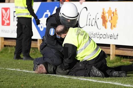 Poliisi ja järjestyshenkilöt joutuivat puuttumaan futiskannattajien aiheuttamaan epäjärjestykseen Tapiolassa.