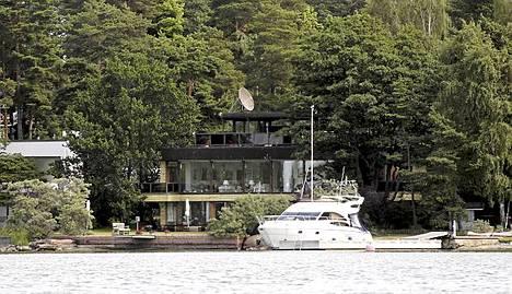 Yksi Suomen varakkaimmista henkilöistä, Erkki Etola, on jo vuosikymmeniä asunut meren äärellä samassa talossa. Jos haluaa lähteä merelle, niin oma vene lilluu sopivasti omassa laiturissa.