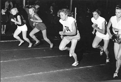 Eila Helin (nyk. Mikola) rivin keskimmäisenä vuonna 1959.