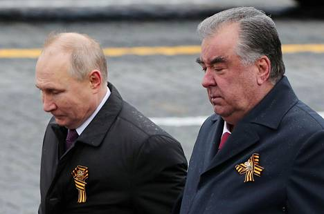 Sekä Vladimir Putinilla että Emomail Rahmonilla oli rintapielessään voitonpäivän symbolina käytettävä oranssimusta Yrjön nauha.