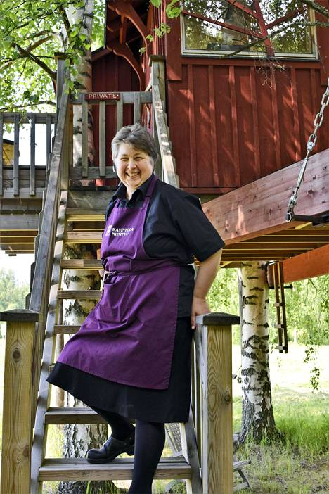 Okkolan lomamökkien emännällä Paula Okkolalla on puussa salainen piilopaikka, jonne pääsee vain hän itse.