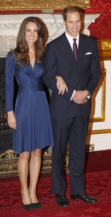 Prinssi William ja herttuatar Catherine poseerasivat valokuvaajille 16. marraskuuta 2010 ilmoitettuaan avioitumisaikeistaan.
