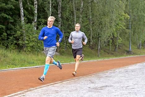 Patrik Laine ja Mikko Rantanen vetävät nopeuskestävyysharjoitusta Kuuvuoren urheilukentällä.