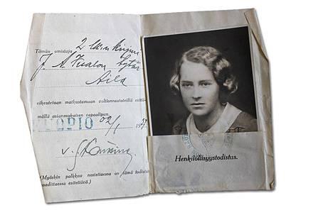 Aila Iisalon sodanajan henkilöllisyystodistus. Neljä vuotta Kuopiossa keskikoulua käytyään Aila Iisalo muutti vuonna 1937 työkyvyttömyyseläkkeelle joutuneen isänsä kanssa Tampereelle. Sairastunut äiti ei asunut enää kotona.