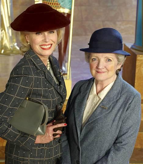 Dolly Bantry (Joanna Lumley) ja Neiti Marple (Julia McKenzie).