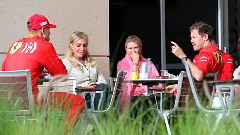 Sebastian Vettel (oik.) keskusteli Mick Schumacherin kanssa Bahrainissa huhtikuussa 2019. Kuvassa myös Mickin äiti Corinna Schumacher (toinen oik.).