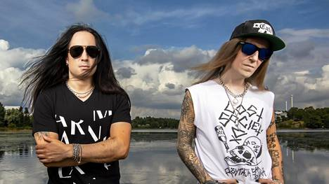 Daniel Freyberg ja Alexi Laiho poseerasivat yhdessä kesällä 2019. Kaksikko perusti yhdessä Bodom After Midnight -yhtyeen.