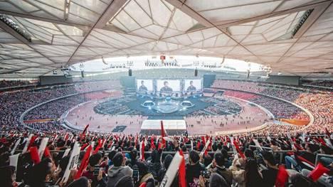 League of Legendsin MM-kisat keräävät vuosittain miljoonia katsojia. Olympialaisten pelivalinnoilla samanlaisista yleisömääristä jäädään kauas. Kuva vuoden 2017 MM-finaalista, jota seurasi Pekingissä 45 000 fania.