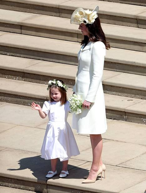 Charlotte vilkutteli yleisölle iloisesti kuninkaallisissa häissä toukokuussa.