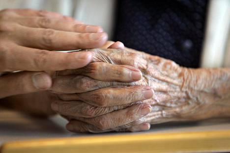 Iäkkäitä läheisiä tulee edelleen suojella tartunnalta, vaikka heidät olisi jo rokotettu.