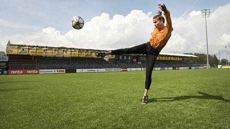 Entinen huippuyleisurheilija Johanna Halkoaho harrastaa nykyään jalkapalloilua.