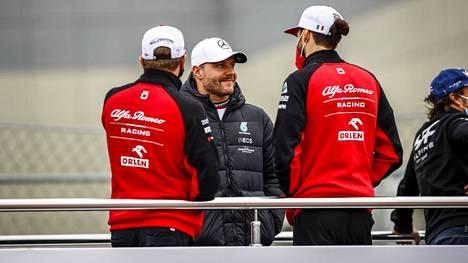 Bottas kuvattuna F1-kuskien paraatissa ennen sunnuntain kisaa.