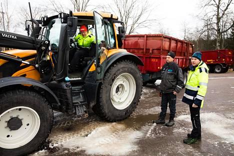Kun Pasi Yli-Sissala (vas.), Hannu Manninen ja Kai Lippojoki tekivät vuosi sitten latuja Hakunilaan, 90 prosenttia lumesta piti hakea jäähalleilta ja tekojääradoilta.