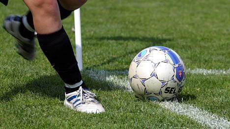 Suomessakin vaikuttaneen brasilialaisen jalkapallovalmentajan ja nuoren virolaistytön seksisuhde kuohuttaa Virossa.