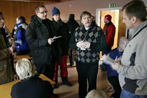 Jarmo Hakanen on pitkän linjan urheilujohtaja. Kuvassa hän on median edessä SM-hiihdoissa tammikuussa 2006.