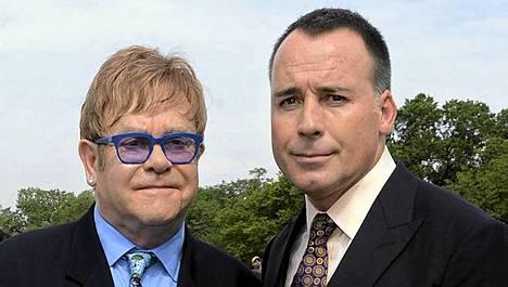 Sir Elton John (vas.) ja hänen miehensä David Furnish.