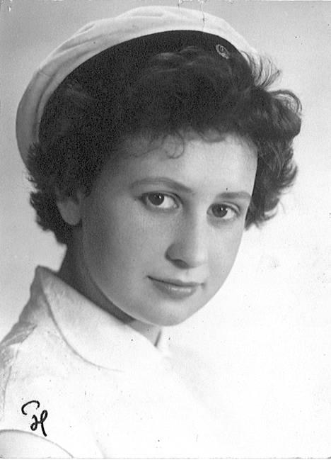 Eeva Lennon 18-vuotiaana ylioppilaana.