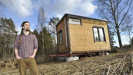 Filosofi ja yrittäjä Henri Lokki rakensi itselleen liikuteltavan pikkutalon.