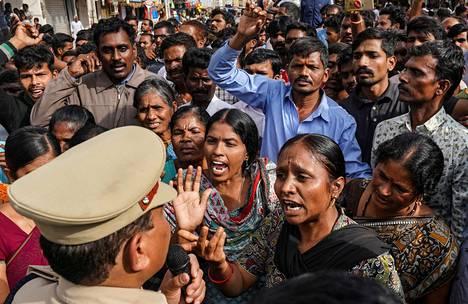 Tuhannet mielenosoittajat kerääntyivät Hyderabadin laitamilla sijaitsevan poliisiaseman ympärille lauantaina. He vaativat poliisia luovuttamaan epäillyt käsiinsä sekä syyttivät viranomaisia toimettomuudesta.