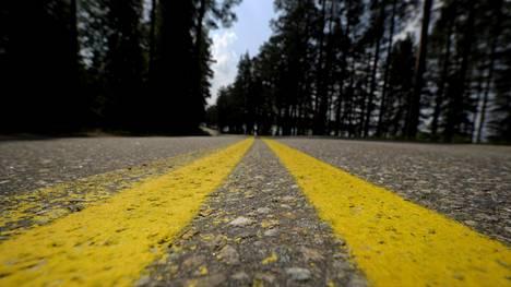 Liikenne- ja viestintäministeriö haluaa muuttaa keltaiset sulkuviivat valkoiseksi. Muutos on osa uutta tieliikennelakia.