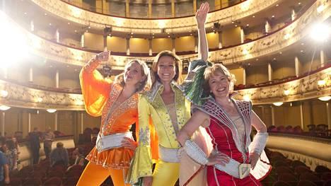 Musikaalin tähdet Veera Railio (vas), Mia Hafrén sekä Anna Hultin Svenska Teaternin syyskauden avajaisissa.